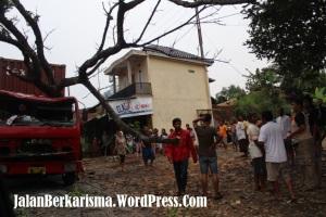 Truk Kontainer Tabrak Pohon Rajagaluh