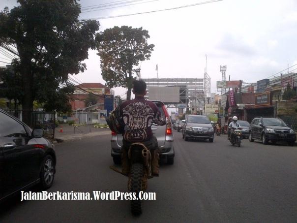 rider tidak pakai helm