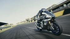 2015-Yamaha-YZF1000R1SPL-EU-Silver-Blu-Carbon-Action-003