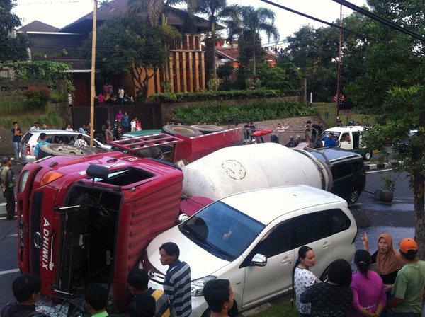 kecelakaan truk molen dago2