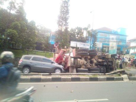 kecelakaan truk molen dago3