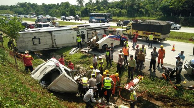 Kecelakaan cipali bus vs avanza2