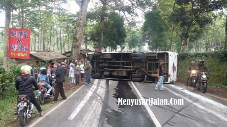 kecelakaan-bus-jalan-cagak-3