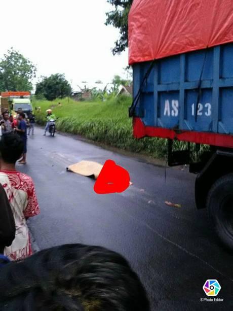 kecelakaan-motor-vs-dump-truk-mojokerto-2